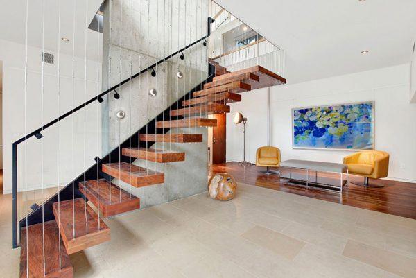 Xây cầu thang, giếng trời phù hợp giúp ngôi nhà thêm sinh khí