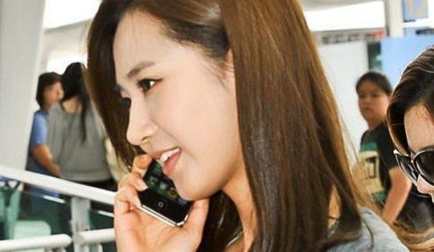 Yuri (SNSD) tiết lộ sự thật về bức ảnh vờ nghe điện thoại sau 9 năm